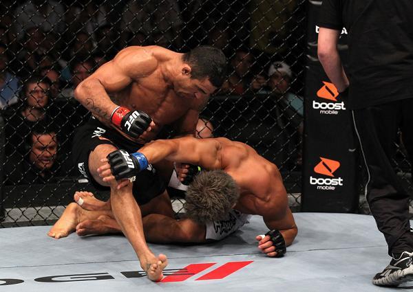 Vitor Belfort surra o japonês Akiyama no UFC 133