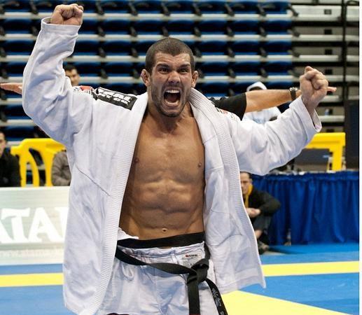 Copa Pódio acerta com fera do UFC e lança estátua de areia em Copacabana