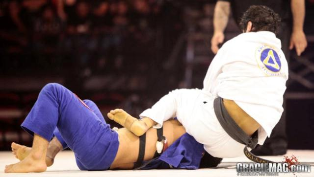 Kron Gracie finaliza Otavio Sousa no armlock. Foto: Ivan Trindade/ GRACIEMAG