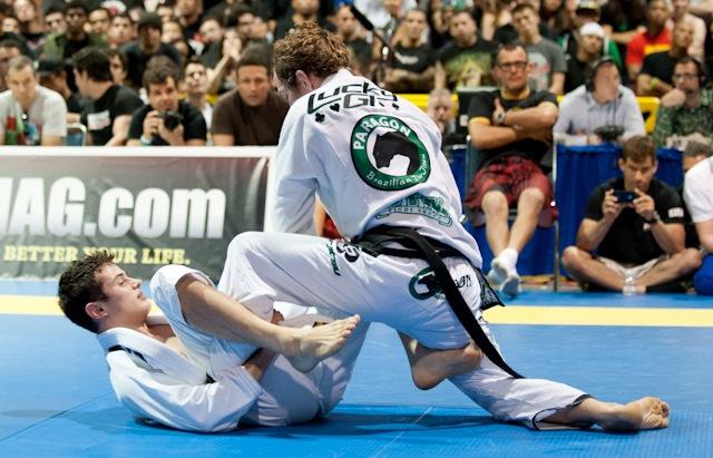 Caio Terra faz guarda contra Jeff Glover, na Jiu-Jitsu Expo de maio, na Califórnia. Foto: John Cooper