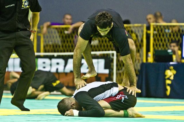 Leandro Lo se equilibra ao tentar o ataque em cima de Kim Terra, na final peso leve. Fotos: Gustavo Aragão/GRACIEMAG