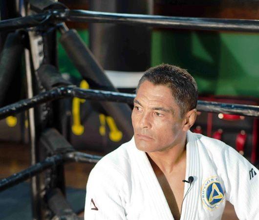 Com as mãos amarradas, Rickson Gracie mostra a eficiência do Jiu-Jitsu