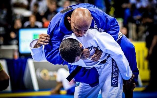 Renato Tavares pega as costas para estrangular no Mundial 2012 Foto Mike Calimbas