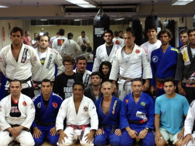 Rickson posa com De La Riva e equipe em Copacabana