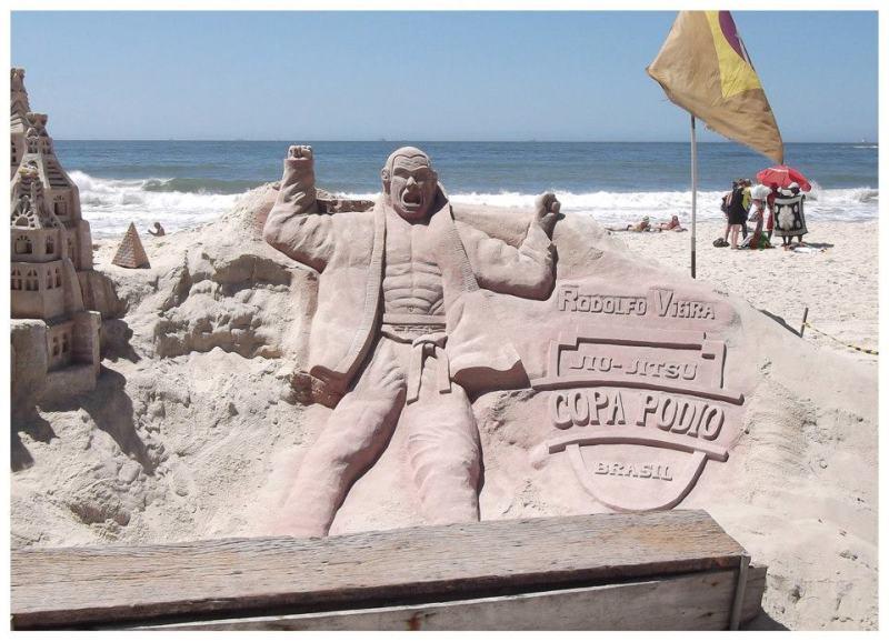 A estátua de areia de Rodolfo, em Copacabana. Garantias só até a disputa no clube Hebraica, em janeiro.. Foto: Divulgação