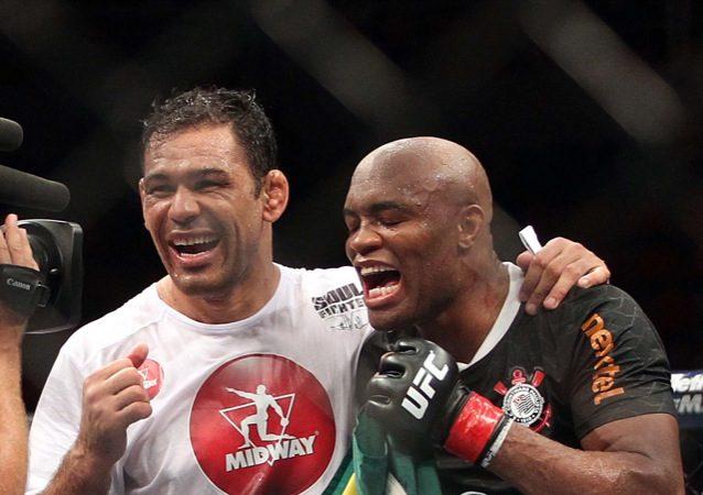 Rodrigo Minotauro e Anderson Silva no octagon do UFC Rio. Foto: Inovafoto/UFC/Divulgação