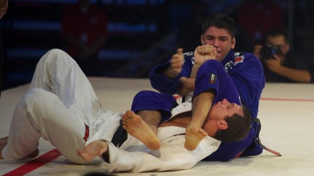 Bochecha ataca o braço de Roger Gracie no fim da luta principal do Metamoris 2012. Foto: John Lamonica/GRACIEMAG