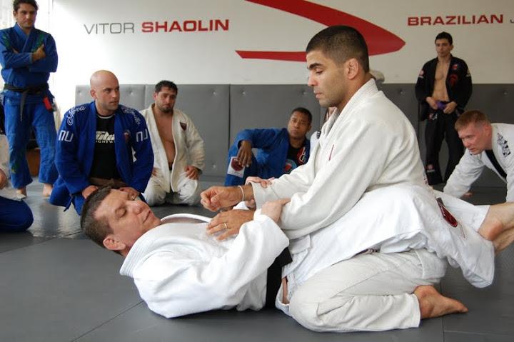 Vitor Shaolin passa uma posição para os seus alunos com Dedé Pederneiras. Foto: Vitor Shaolin TV/Divulgação