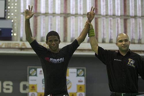 Campeão brasileiro sem kimono ensina a raspar ou ir às costas