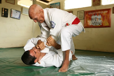 Helio Gracie treinando com seu filho Royler Gracie. Foto:Divulgação.