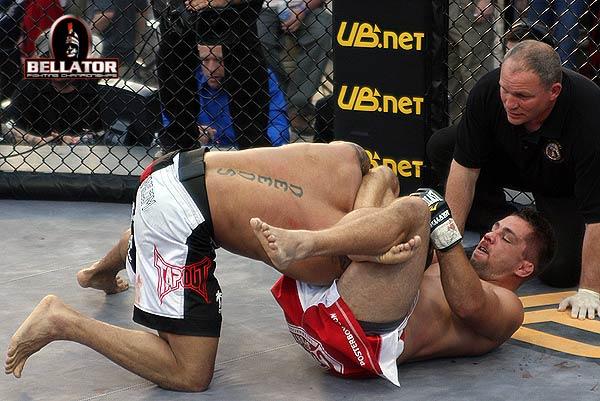 Use suas pernas para finalizar um agressor, como ensina fera do Bellator