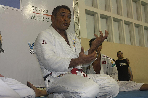 Watch Rickson Gracie fight a blue-belt without using his hands