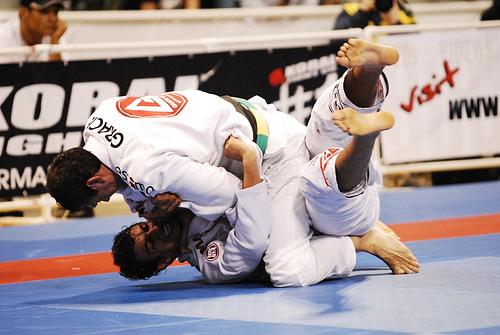 Estude a pegada de costas com o clássico de Jiu-Jitsu Roger Gracie x Romulo Barral