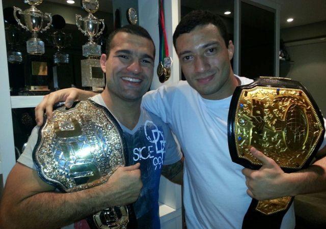 Maurício Shogun ao lado de Léo Nogueira com seus cinturões. Foto: Arquivo Pessoal