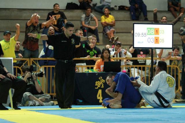 Fernando Toshio comemora a vitória. Foto: Rúbio Guimarães