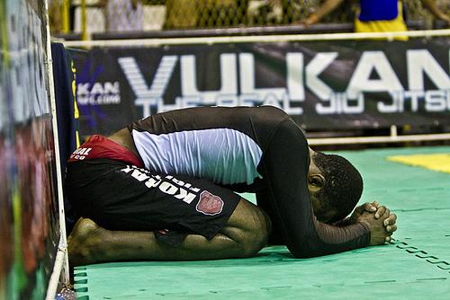 Jackson Santos chora, ao se sagrar campeão absoluto marrom após final com o amigo Rodrigo Aquiles. Foto: Gustavo Aragão/GRACIEMAG