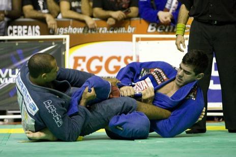 Aprenda a defender o pé de uma vez por todas, com Augusto Tanquinho