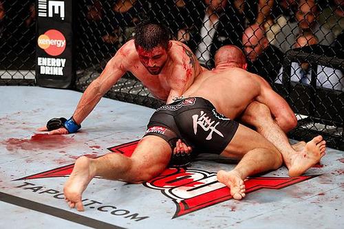 GSP coloca pressão para passar a guarda de Carlos Condit. Foto: Josh Hedges/UFC