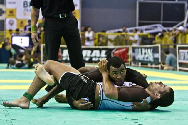 Jackson Santos passa a guarda: o peso pesado chorou ao vencer o absoluto, e mostrou por que a amizade é um dos pilares do Jiu-Jitsu. Foto: Gustavo Aragão