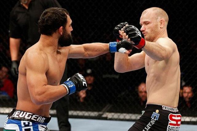 Johny Hendricks aplica o nocaute no UFC 154 Foto Josh Hedges