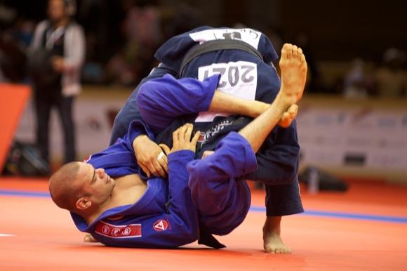 Lagarto tenta encaixar o triângulo em Marcus Bochecha, no World Pro Abu Dhabi 2011. Foto: Divulgação.