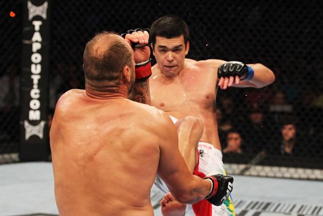Lyoto Machida acerta um belo chute no queixo de Randy Couture, no UFC 129 Foto: Al Bello/Zuffa LLC/Zuffa LLC via Getty Images
