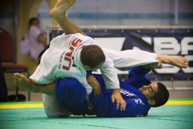 Guto Campos raspa o adversário, no no Sul Americano 2012. Foto: Gustavo Aragão/GRACIEMAG