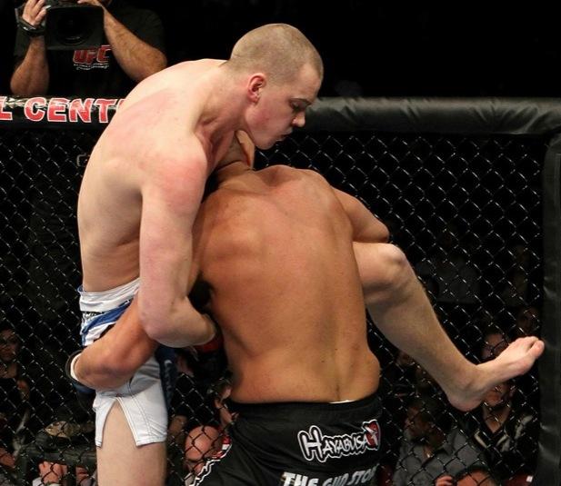 Stefan Struve envolve Sean McCorkle durante o UFC 124, em Montreal. Foto: Josh Hedges/Zuffa LLC/Zuffa LLC via Getty Images
