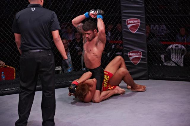 MMA: Faixa-preta de Jiu-Jitsu, Caporal nocauteia na China