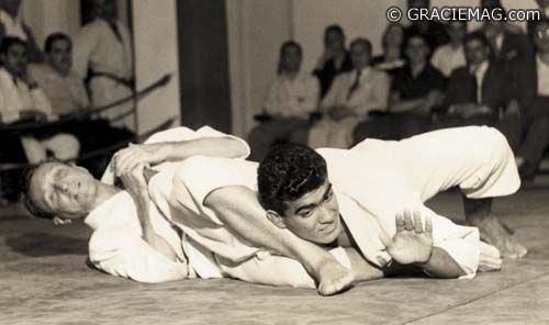 Mestre Carlos Gracie sempre incutiu que a defesa pessoal é importantíssima no Jiu-Jitsu.