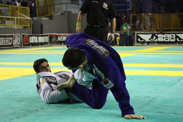 Leandro Lo em combate contra Michael Langhi. Foto: Carlos Ozório/GRACIEMAG