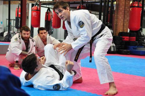 Rafa Mendes explica o leg drag, em seminário. Foto: Divulgação