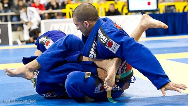 Marcus Bochecha berimbola Rodolfo Vieira, no Mundial 2012. Foto: Dan Rod