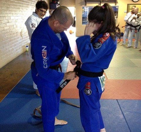 Pegue as costas e finalize com a nova faixa-preta de Jiu-Jitsu Mackenzie