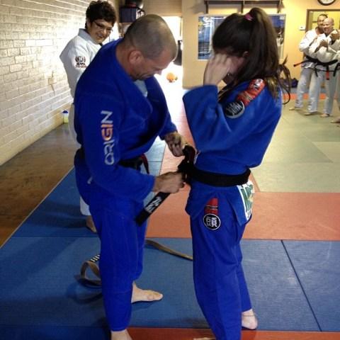 Mackenzie Dern recebeu a faixa-preta das mãos do seu pai, Megaton Dias. Foto: Divulgação.