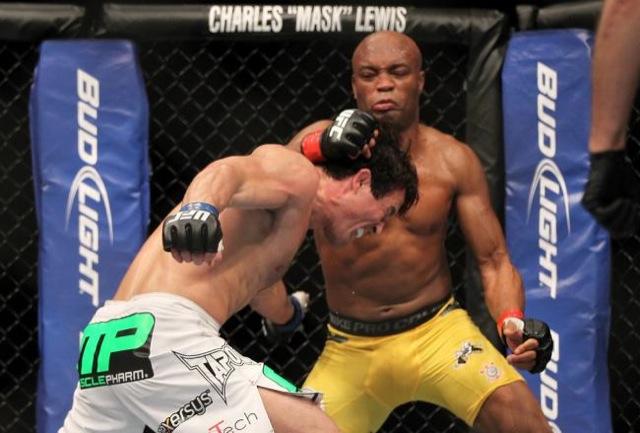 Anderson Silva castiga Chael Sonnen em julho no UFC Foto Josh Hedges