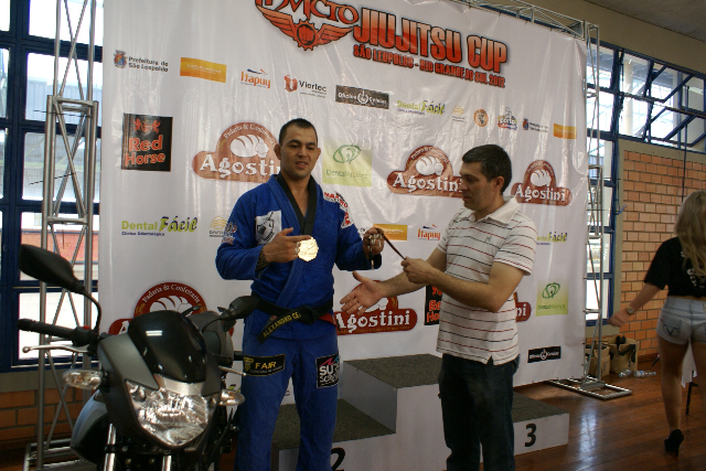 Alexandre Ceconi ganhando a chave da motocicleta do organizador do evento, Válerio Doca. Foto: Divulgação