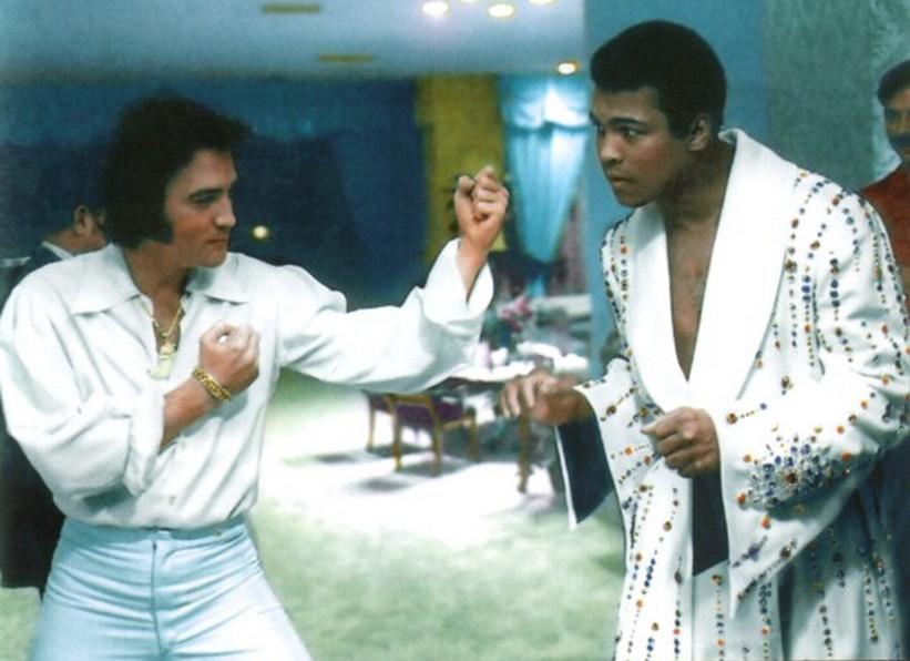 Elvis Presley e Muhammad Ali posam juntos.