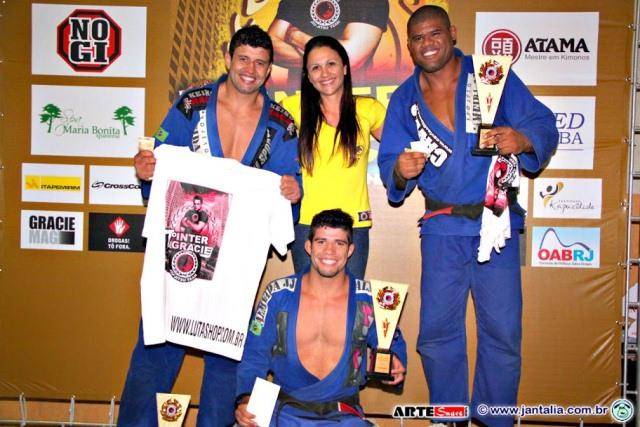 Irmãos Almeida e Kitner Moura com as premiações. Foto: Divulgação