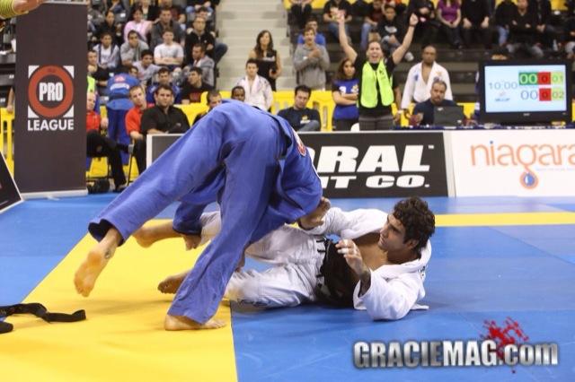 Leandro Lo faz guarda contra Lucas Lepri na IBJJ Pro League 2012 Foto GRACIEMAG