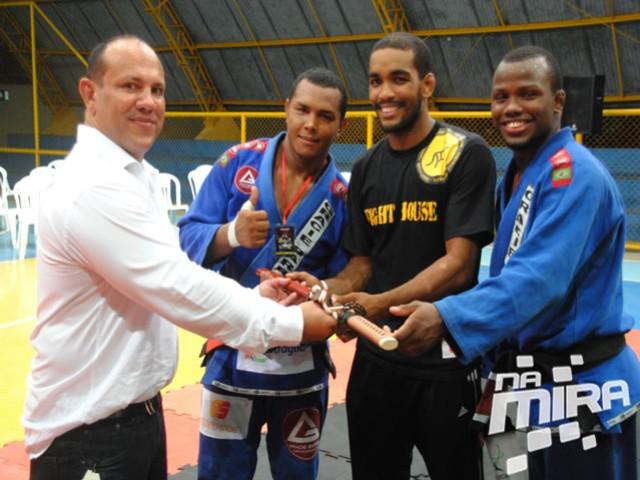 Olivar Leite entrega prêmio aos atletas da Gracie Barra (azul). Foto: Na Mira