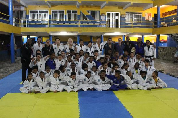 During Christmas in Rio de Janeiro: Jiu-Jitsu, Presents and Solidarity