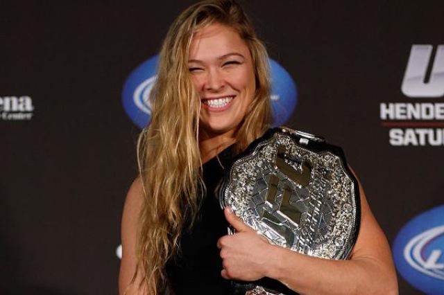 Ronda Rousey com seu cinturao do UFC Foto Josh Hedges
