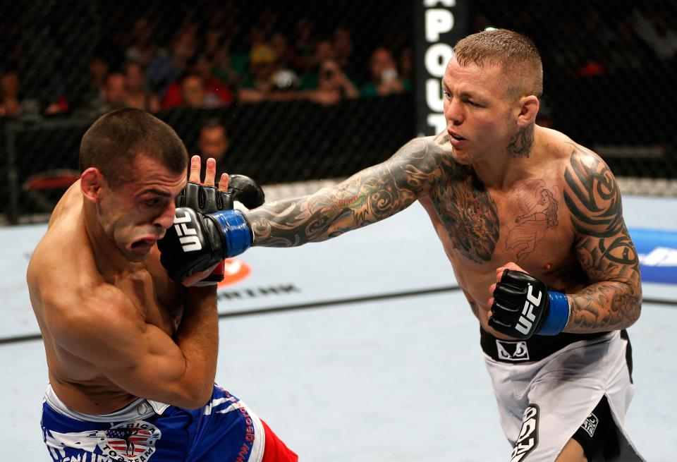 Pearson soltou o braço em Sotiropoulos. Foto: UFC/Zuffa LCC