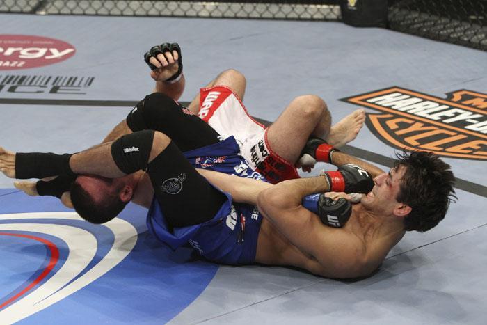 Sotiropoulos finaliza no braço. Foto: UFc/Zuffa LCC via  Getty Images