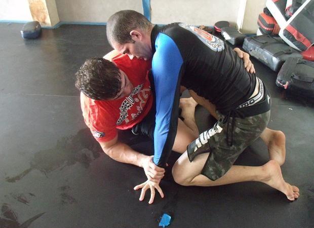 Caio Monstro ensina a raspagem que ele quer usar no UFC São Paulo