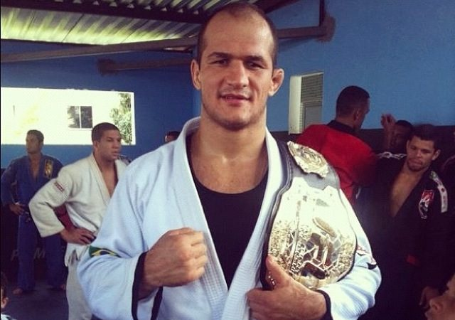 Junior Cigano é condecorado com a faixa-preta de Jiu-Jitsu