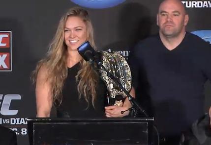 Ronda Rousey e seu cinturão do UFC: a faixa-preta chegou lá. Foto: UFC