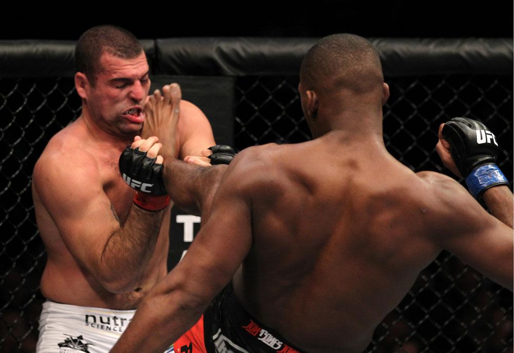 Shogun foi castigado por Jones e perdeu a cinta. Foto: Divulgação/UFC