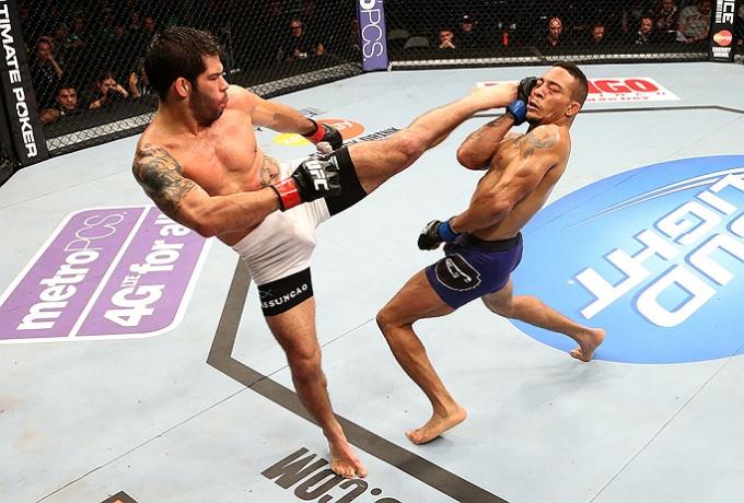 Raphael solta o chute em Mike Easton. Foto: Divulgação/UFC